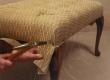 sügav volditud nööpidega mööbli pealiskanga üleliigse riide lõikamine