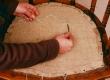 mööblipolstri tugitoolipõhja rihmvööle paigutatud kangale nööraasade tegemine.