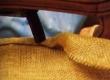seotud keerdvedrude katmine linas riidega.