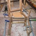 uus, neo klassitsistliku tooli liimimine ja fikseerimine pitskruvidega.