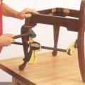 antiik tooli tappühenduse demonteerimine pitskruvi ja kummihaamri abil.