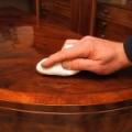 lauaplaadi tampooniga poleerimine shellak ( schellak) polituuriga.