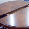 restaureeritud kaasaegne laud.