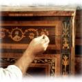 antiikse intarsia, mosaiik tehnikas kummuti pinnaviimistluse toonimine.