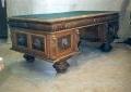 restaureeritud uus, neo renessanss tammepuidust rikkalikult nikerdatud suur kirjutuslau. 19. sajandi teisest poolest.