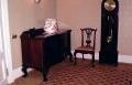 restaureeritud  Chippendale stiilis serveerimise kummut ja tool. 20sajandi algusest pärit põrandakell.