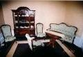 restaureeritud  antiikmööbliga, uus, neo rokokoo stiilis vitriinkapp, sohva, tugitoolid, toolid ja laud. 19.sajandi teine pool.