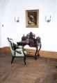 restaureeritud uus, neo rokokoo stiilis tugitool, kõrgendatud osaga daami kirjutuslaud. 19.sajandi teine pool.
