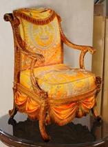 Koristeellisesti muotoiltu rokokoo-nojatuoli