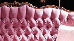 Rokokoo-sohva syvän uurretuilla napeilla