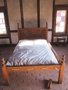 Puitraamist voodi ning nöörist punutud voodipõhi