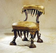 Eklektiline tool dekoratiivse nahkkattega ja ilunaeltega