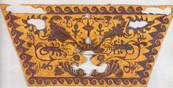 Kullaga tikitud tekstiili fragment